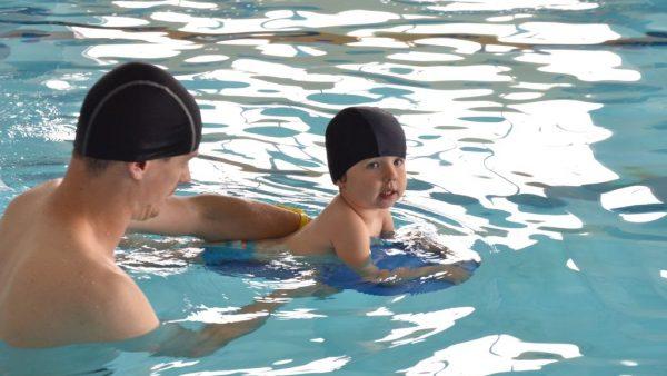 dziecko-na-basenie