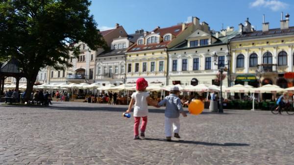 Dzieci na rzeszowskim rynku