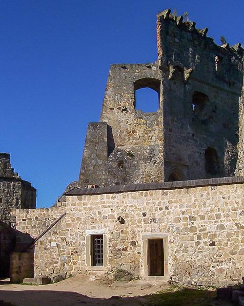 """Ruiny zamku """"Kamieniec"""" w Korczynie-Odrzykoniu. Mur graniczny"""