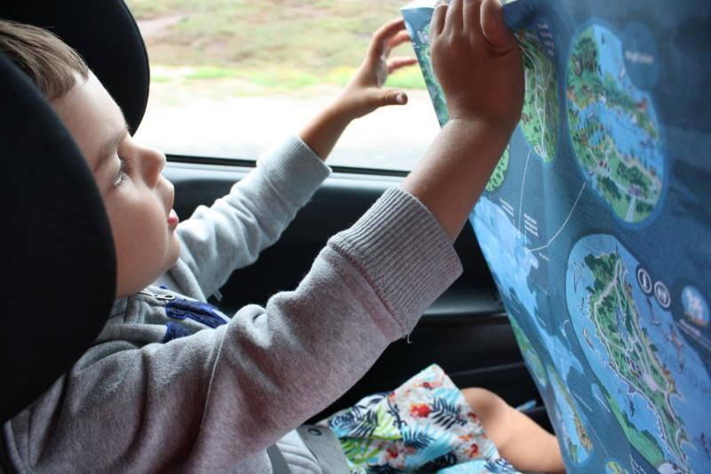 Dziecko ogląda mapę w samochodzie