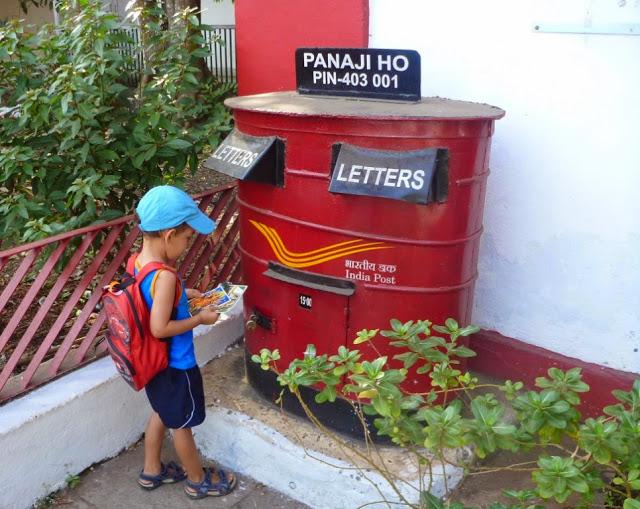 Dziecko wrzuca kartkę do skrzynki pocztowej