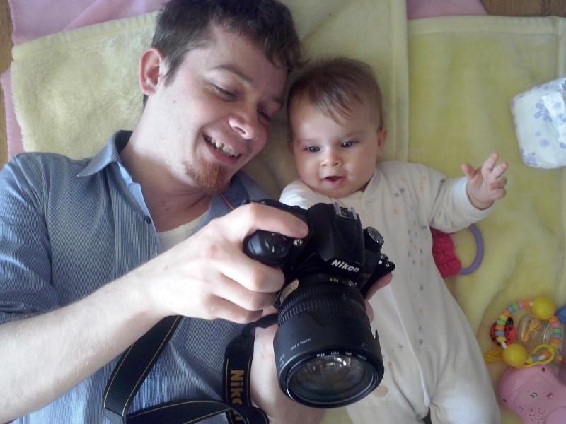Tata z córeczką oglądają zdjęcia