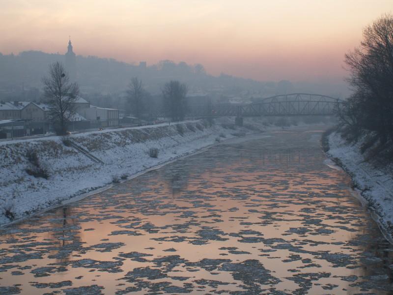 Pejzaż - topniejący lód na rzece