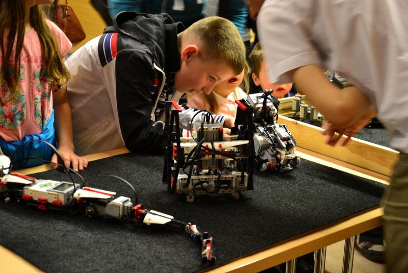 Jak działa ten robot? - zastanawia się młody widz