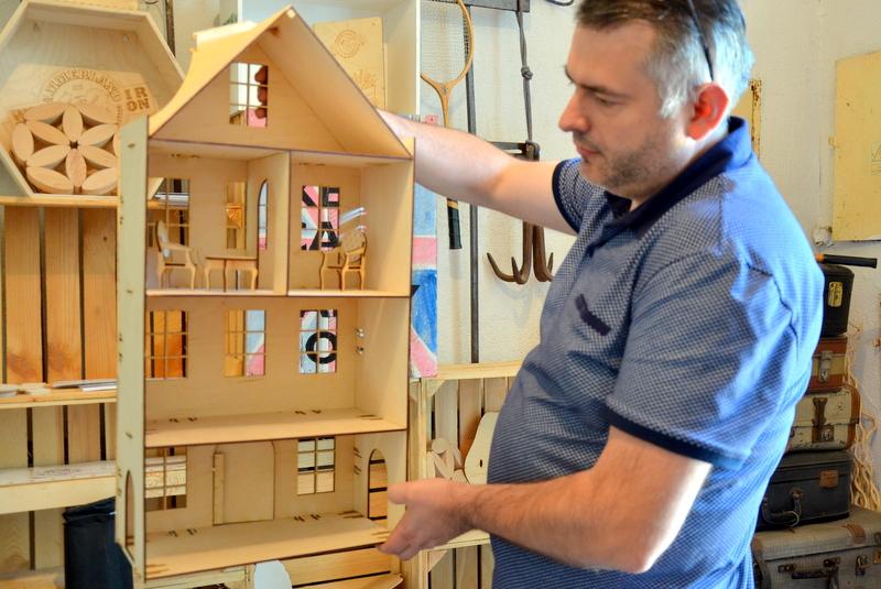 Waldemar Kidacki, właściciel Hammerland, demonstruje wyjątkowy domek dla lalek.