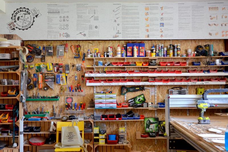 Ściana w warsztacie - u góry tablica pełna wyjaśnień i rad dla początkujących majsterkowiczów.