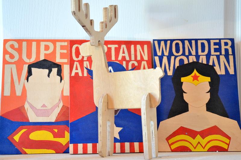 Portrety superbohaterów na drewnie