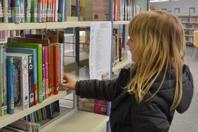 dziecko-w-bibliotece
