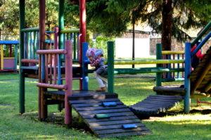 Plac zabaw w parku w Olszanicy