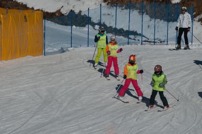 weski-obozy-sportowe-narty-snowboard-dzieci