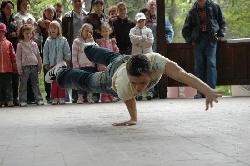 Dzieci oglądają taniec b-boya