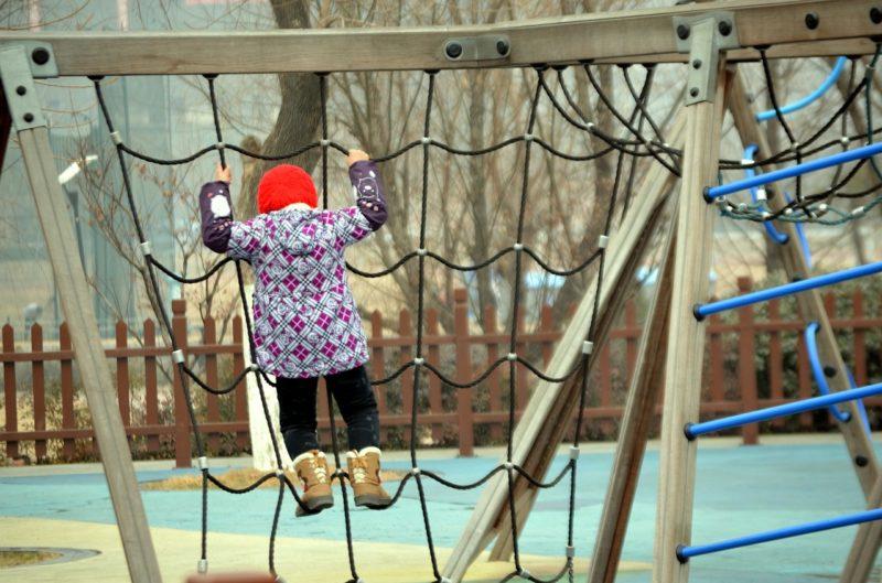 Dziecko na drabince sznurowej