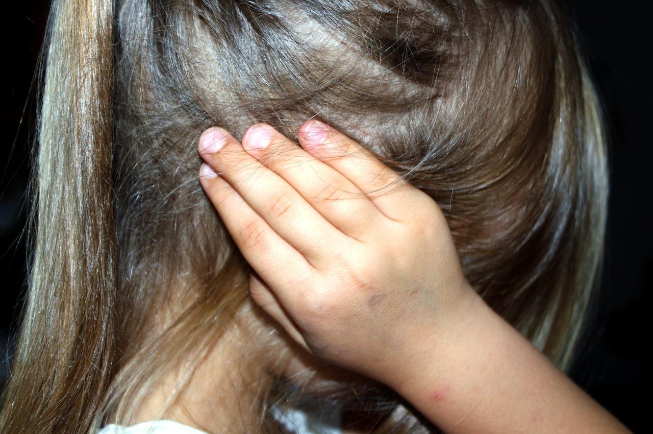 Dziecko zasłania uszy