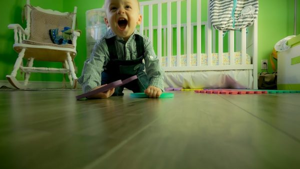 dziecko-na-podlodze-zabawa