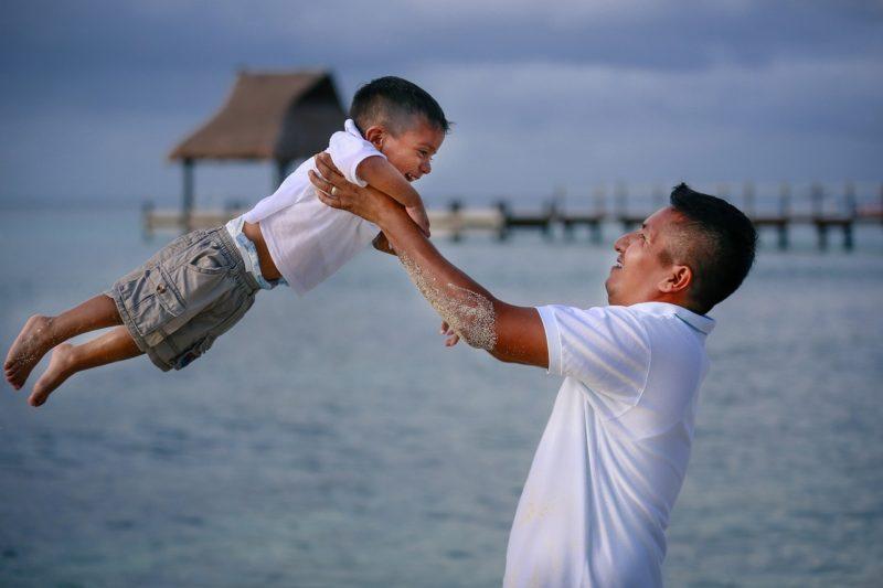 Ojciec robi karuzelę dziecku